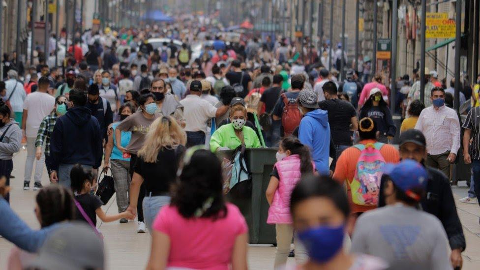 Personas caminando en México
